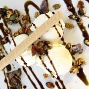 Vanilleeis mit karamellisierten Kürbiskernen