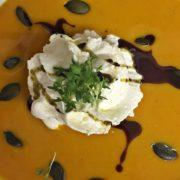 Kürbis-Orangensuppe mit Kokosmilch, Thaicurry und Ingwersahnehaube
